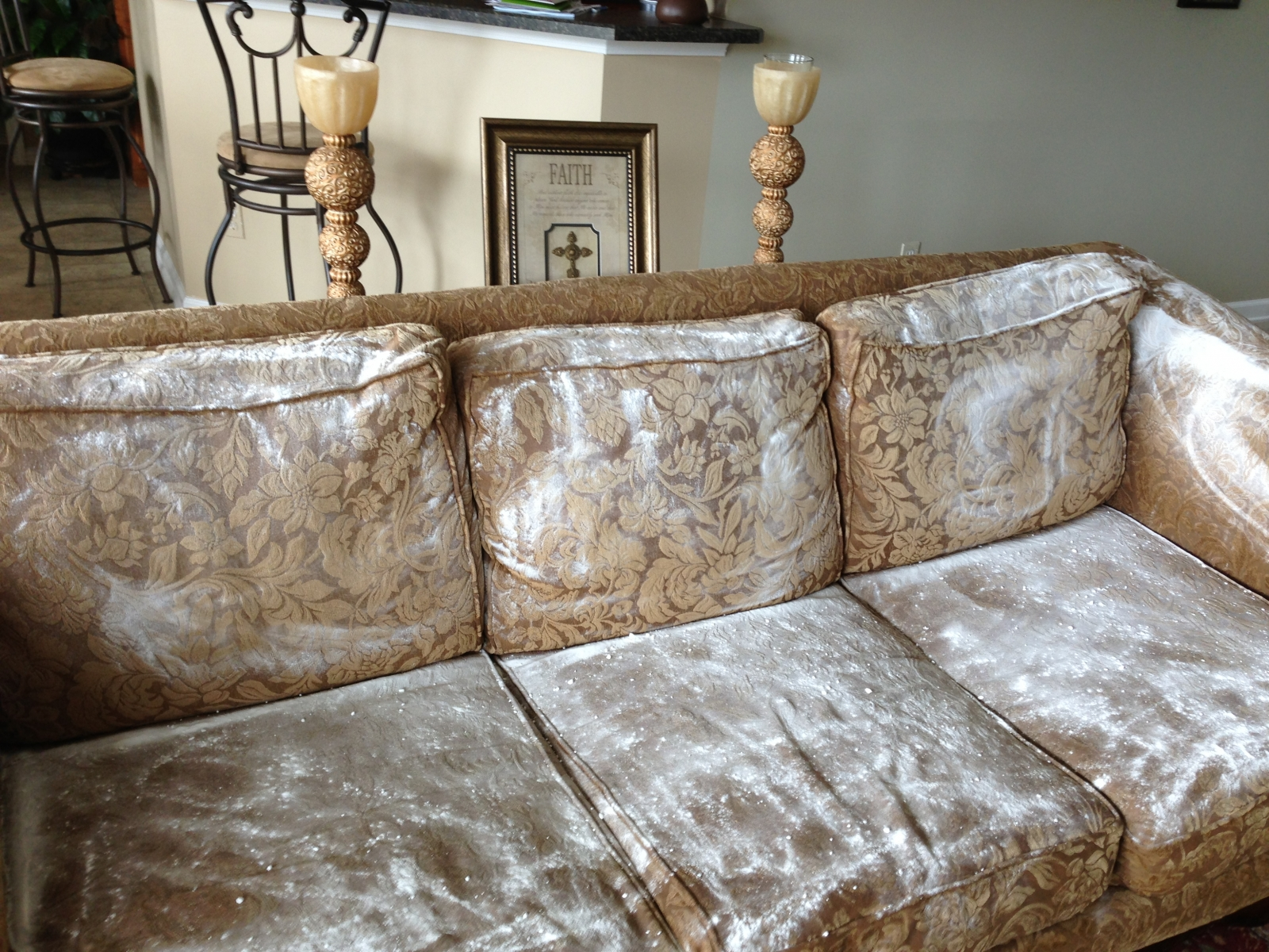 Cách làm sofa sạch như mới vào những ngày mưa