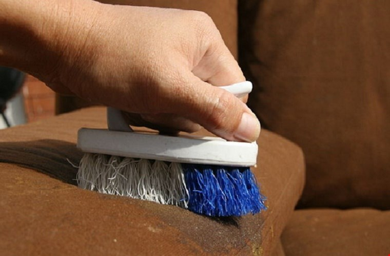 """Những sai lầm """"không đáng"""" khi tự vệ sinh bộ ghế sofa tại nhà"""